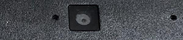 Dizüstü bilgisayarda yerleşik web kamerası - içinde karanlık daire ile küçük karanlık kare